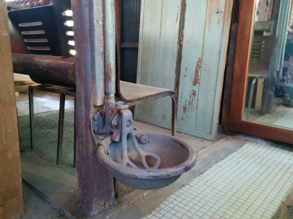 アンティークカフェロードにある牛の水飲みボウル