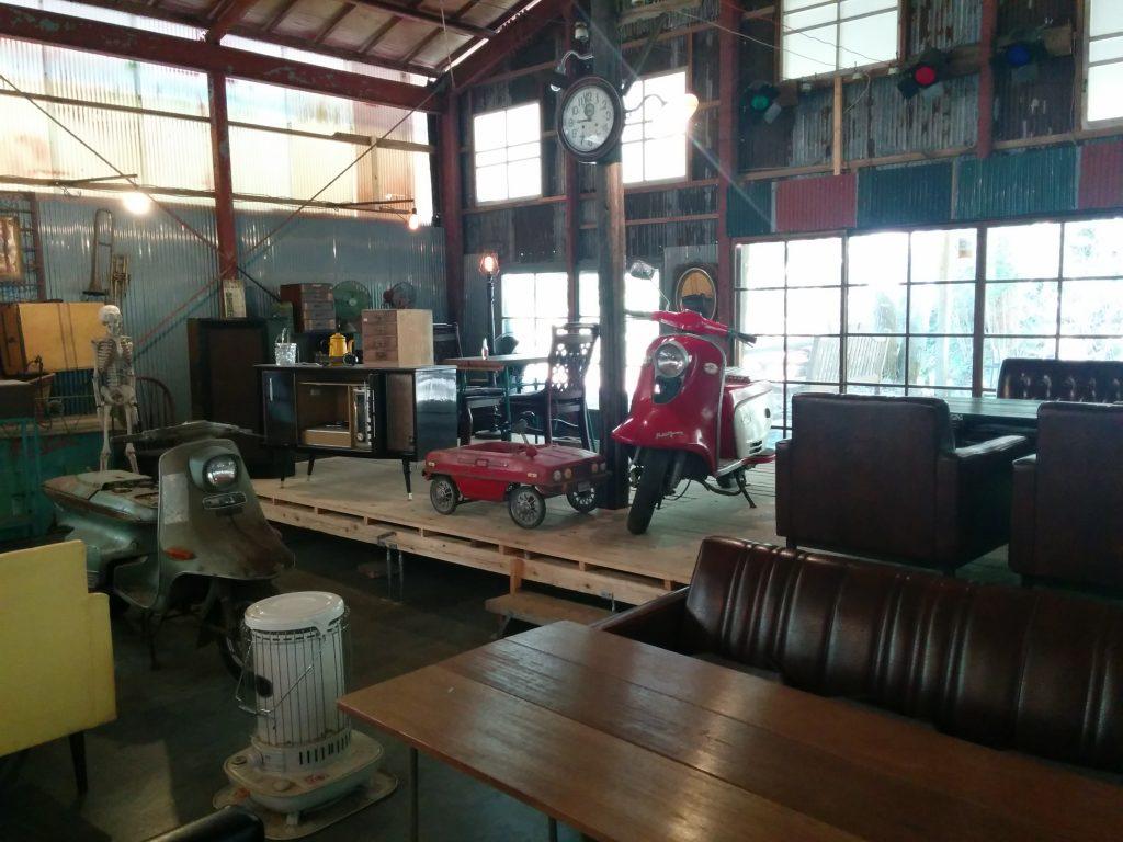 アンティークカフェロードの内装。アンティークのバイクや家具が雑多に並ぶ