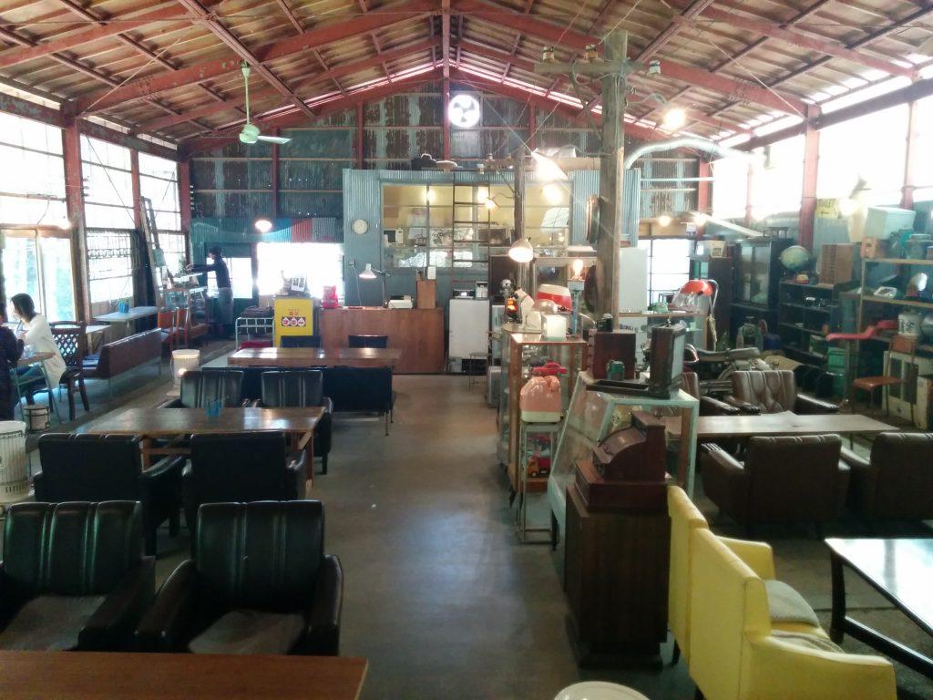 アンティークカフェロードの内装。半分がカフェエリアになっている